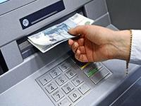 Снимаем деньги в банкомате